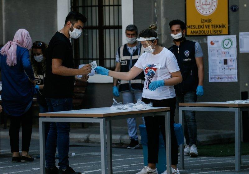 İzmir'de YKS heyecanı! Öğrenciler içeri böyle alındı