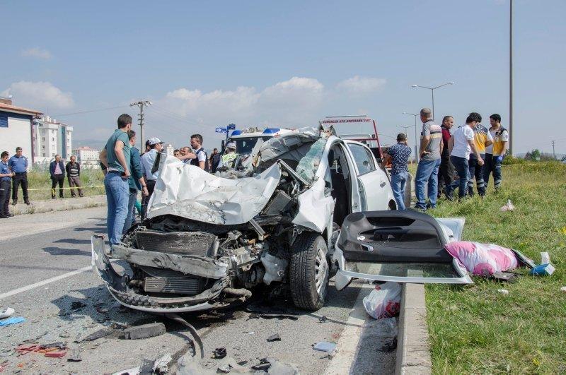 Ankara'da otomobil tıra çarptı: 3 ölü