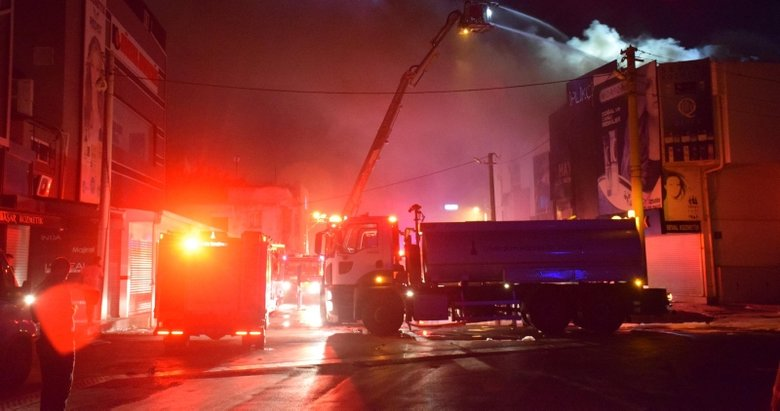 İzmir'de hareketli gece! Kozmetik dükkanındaki yangında 5 iş yeri zarar gördü