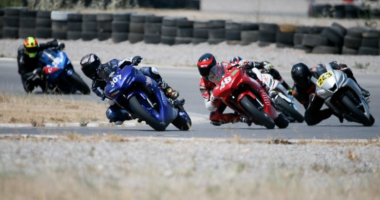 Kadın motorcular pistte nefes kesti!