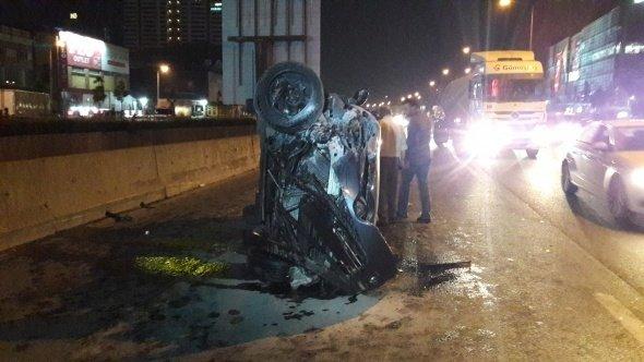 Basın Ekspres yolunda arkadan gelen aracın çarpması sonucunda lüks otomobil dereye uçtu