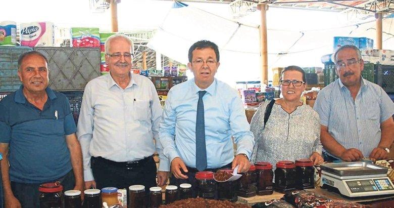 Vekil adayı Erim, tezgaha geçip kuru üzüm sattı