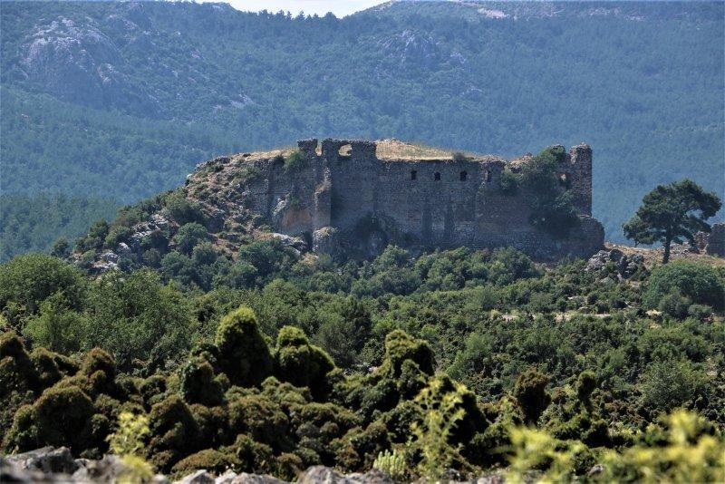 Manisa'daki 800 yıllık tarihi kale yok olma tehlikesi ile karşı karşıya