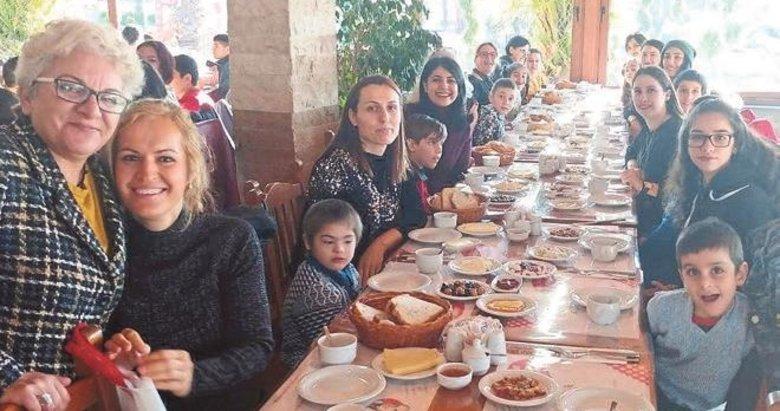 Özel çocuklar kahvaltıda sosyalleşti