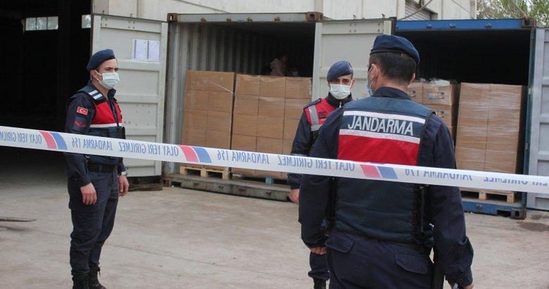 İzmir'deki bir deponun önünde 3 konteynerde kaçak göçmenler yakalandı