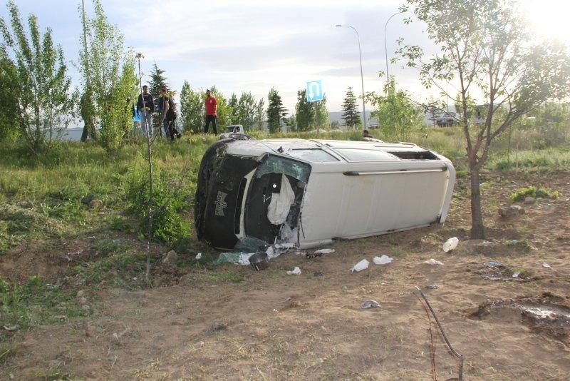 Afyonkarahisar'da işçileri taşıyan minibüs devrildi! Yaralılar boya içinde kaldı