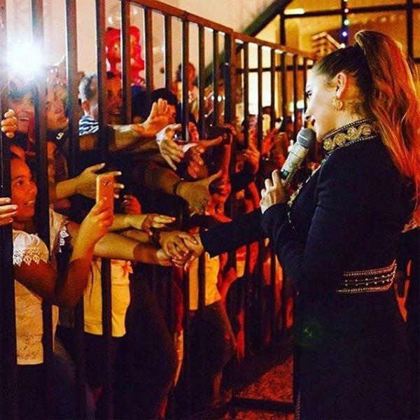 Hadise hayranlarıyla demir parmaklıkların arkasından selamlaştı