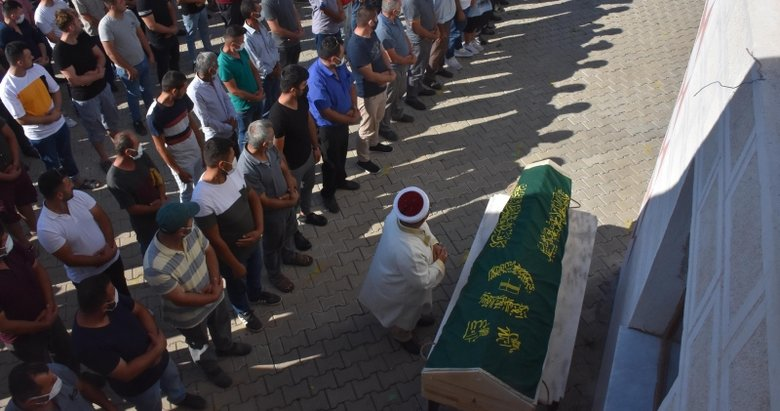 İzmir'de bıçaklanarak öldürülen 3 çocuk annesi kadının cenazesi toprağa verildi