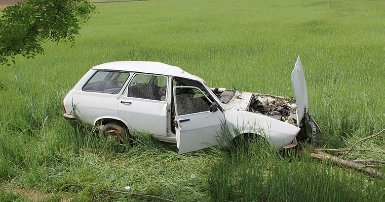 Afyonkarahisar'da otomobil tarlaya devrildi: 1 ölü, 2 yaralı