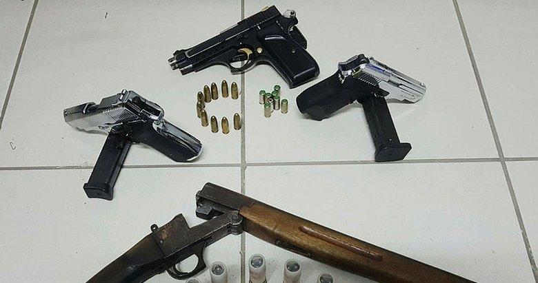 Manisa'da durdurulan bir araçtan bir çok silah çıktı