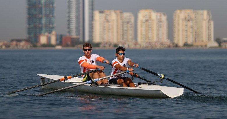 Türkiye şampiyonu kürekçiler Ege ve Deniz, yarışlara İzmir Körfezi'nde hazırlanıyor