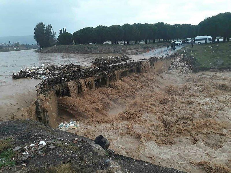 İzmir'de etkili olarak sağanak yağmur hayatı felç etti