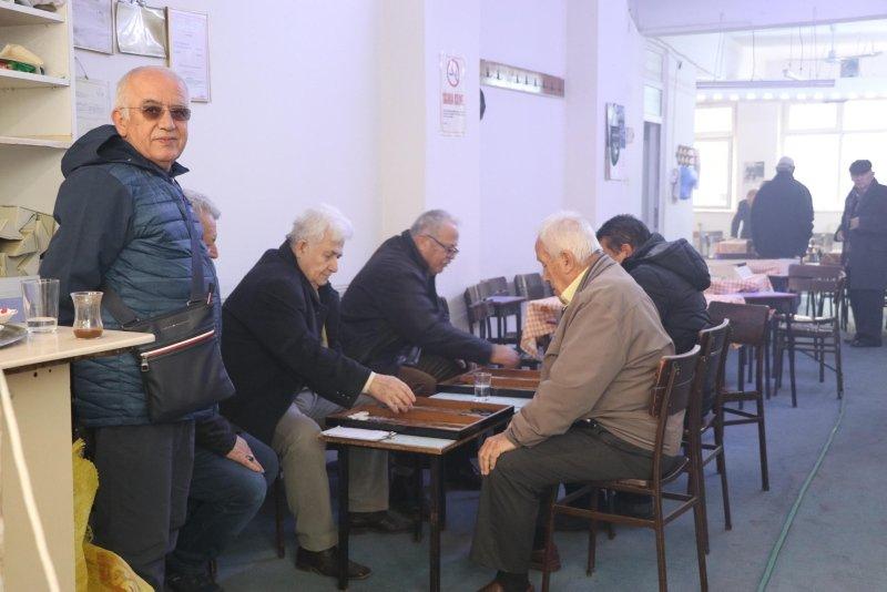 Yangın çıkan kahvehanede tavla ve okeyi bırakmayarak oyuna devam ettiler