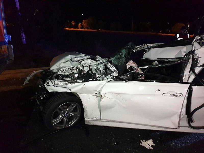 Uşak'ta feci kaza! Otomobil kamyona çarptı