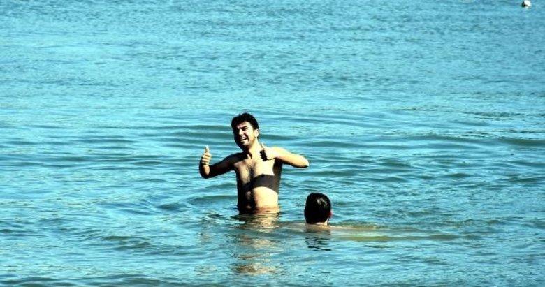 Marmaris'te güzel havayı fırsat bilenler denize girdi