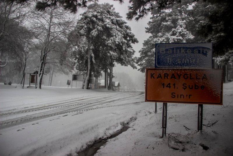 Balıkesir'de kar yolları kapattı! Onlarca araç mahsur kaldı