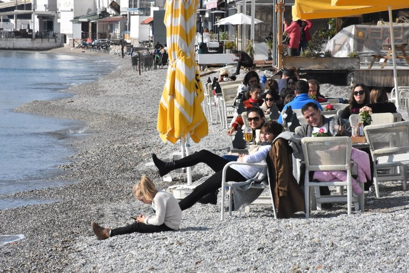 Muğla'da sıcak havayı fırsat bilenler sahilde yoğunluk oluşturdu