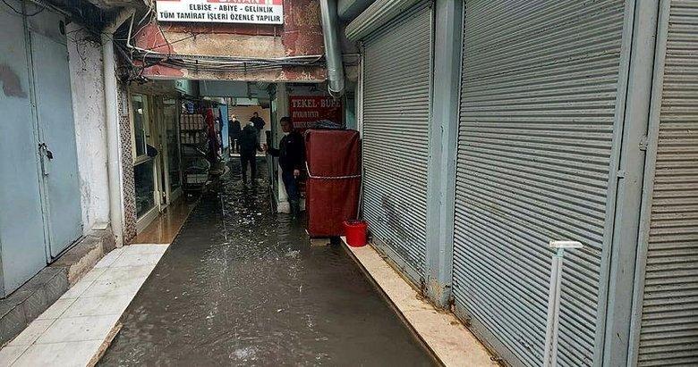Sağanak yağmur İzmir'de etkili oldu, Kemeraltı'nda işhanını su bastı
