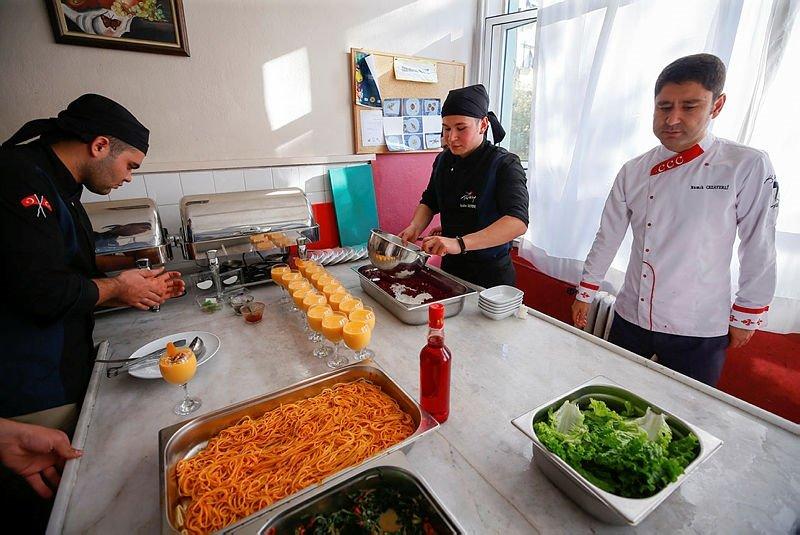 İzmir'de aşçılığın püf noktalarını öğrenip mezun olmadan iş teklifi alıyorlar