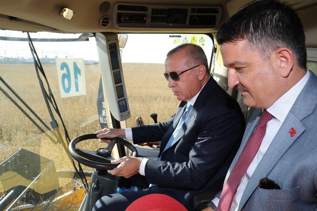 Başkan Erdoğan biçerdöverde buğday hasatı yaptı