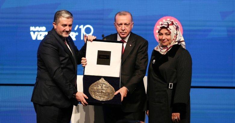 MÜSİAD Başkanı Abdurrahman Kaan, Başkan Erdoğan'a usturlab hediye etti