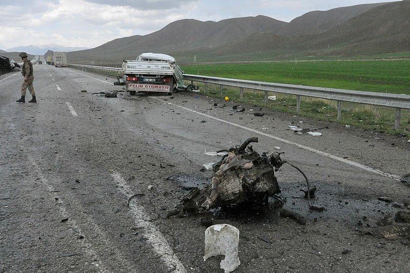 Ağrı'da kamyonet ile tır çarpıştı: 2 ölü, 1 yaralı