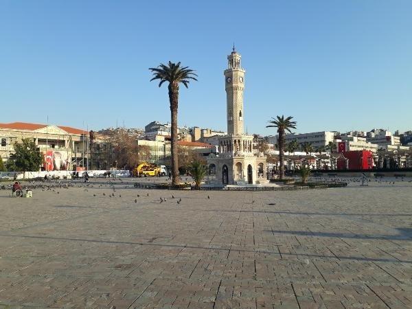 İzmir'de meydanlar boşaldı
