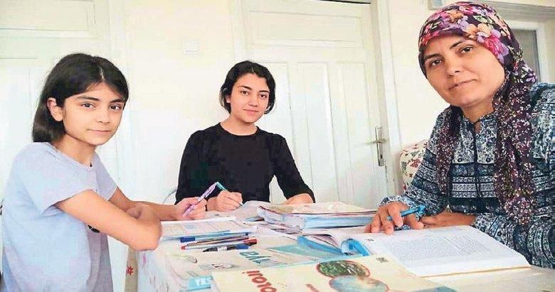 Kızlarıyla birlikte sınava hazırlanıyor