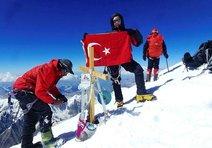 Türk Bayrağı'nı Tanrı Dağı'na dikti