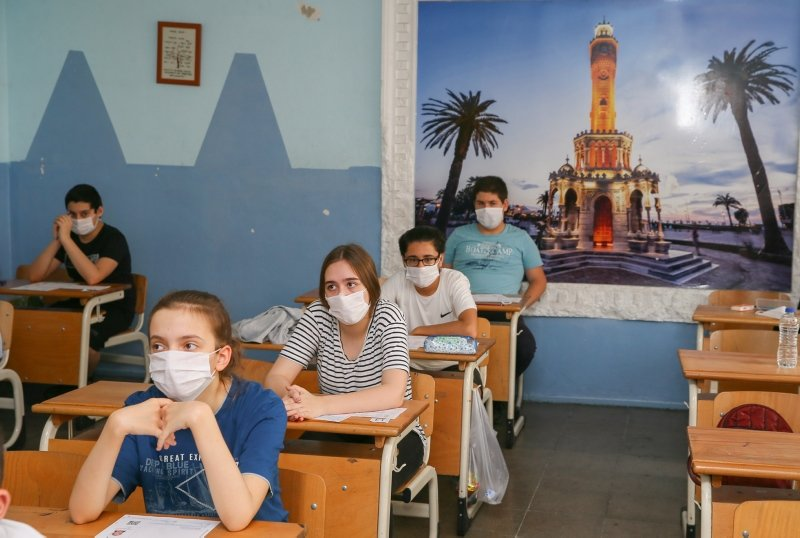 İzmir'de öğrencilerin sosyal mesafe kurallı LGS heyecanı