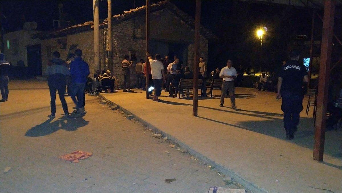 Afyonkarahisar'da artçı depremler devam ediyor! Vatandaşlar geceyi sokakta geçirdiler