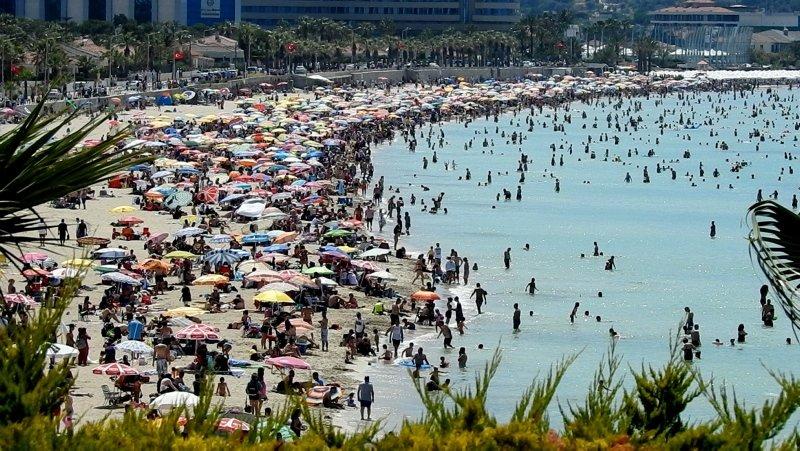 İzmir Çeşme'de bayram bereketi! Adım atacak yer kalmadı