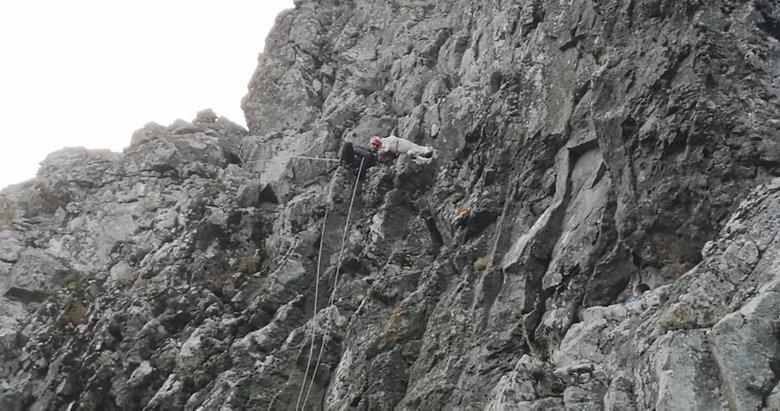 Kayalıklarda mahsur kalan keçiler, halatlarla kurtarıldı
