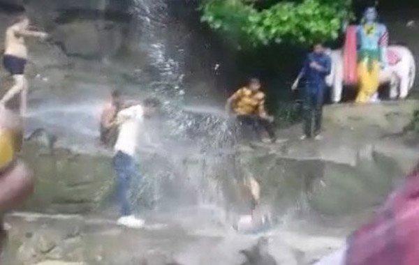 Selfie çekmek isterken şelaleden yere çakıldı