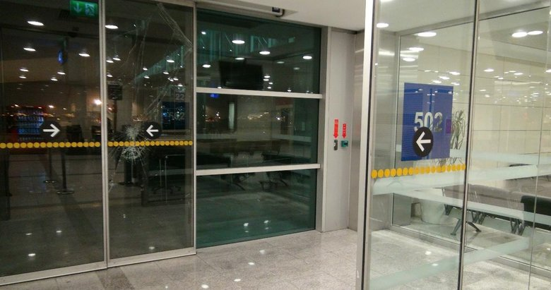 Uçağını kaçıran yolcu kapıyı kırarak aprona girdi