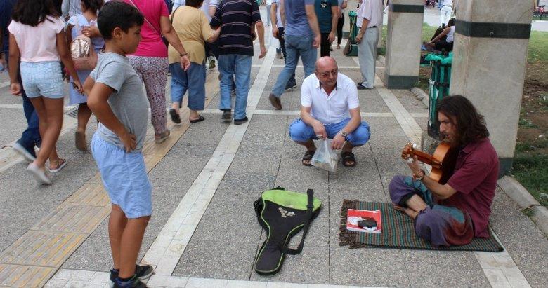 Sokak müzisyenleri sıcağa aldırmıyor