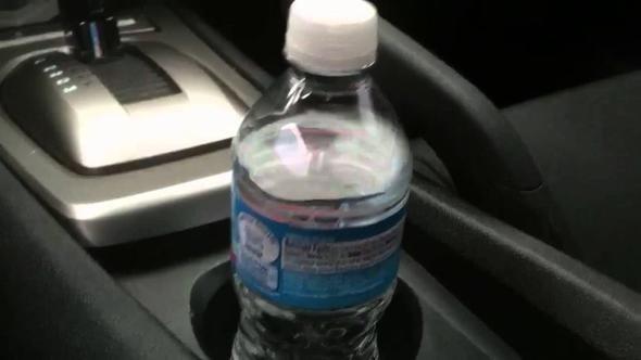 Şişeyi arabada bu şekilde bırakmayın, başınız yanabilir