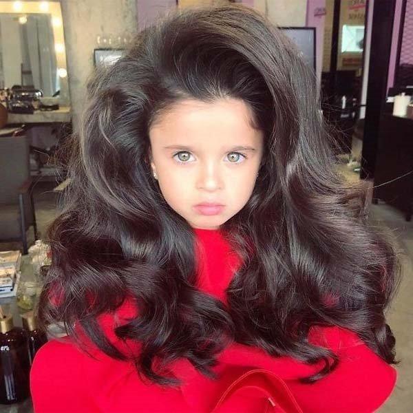 5 yaşındaki Mia uzun saçlarıyla sosyal medyada popüler oldu
