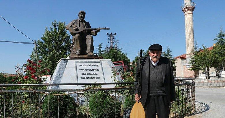 Afyonkarahisar'da Âşık Yoksul Derviş'in yaşarken heykelini diktiler