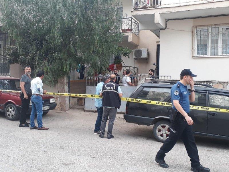 İzmir'in Buca ilçesinde Turan Güler (37), aynı binada bir alt katta oturan ağabeyi Harun Gülerle (39) tartıştı. Tartışmanın ardından balkonda oturan Harun Güler, üst katta oturan kardeşinin balkondan pompalı tüfekle ateş açması sonucu yaşamını yitirdi. ile ilgili görsel sonucu