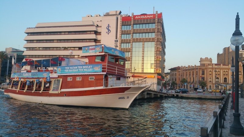 AK Partili adaylar ilk kez oy kullacak seçmenle teknede buluşuyor