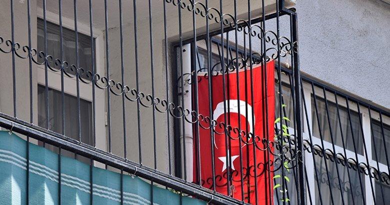Brunsonın evinin balkonuna Türk bayrağı