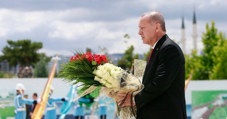 Başkan Erdoğan 15 Temmuz Anıtı başında dua etti