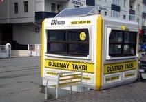 Taksi durağının elektriğini güneşten sağlıyor