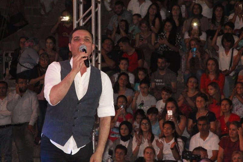 İzmir Bergama'da Rafet El Roman rüzgarı!