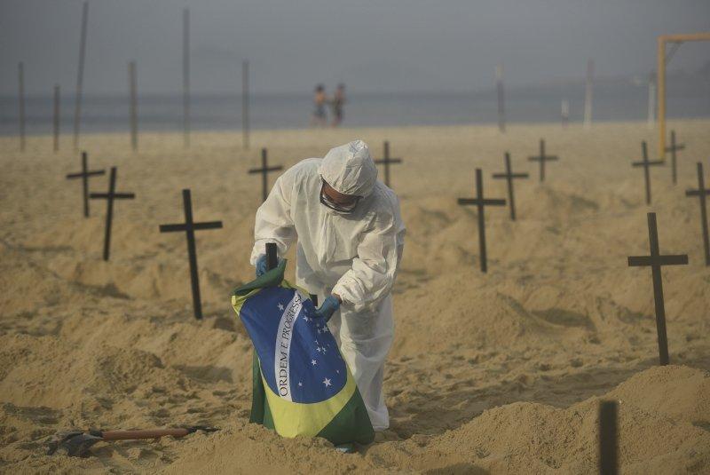 Bakan bir daha baktı! Plaja mezar kazdılar