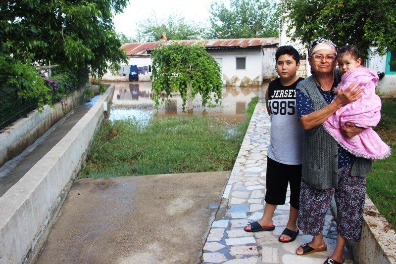 Bodrum'da su borusu patladı! Araçlar suyun altında kalmaktan son anda kurtuldu