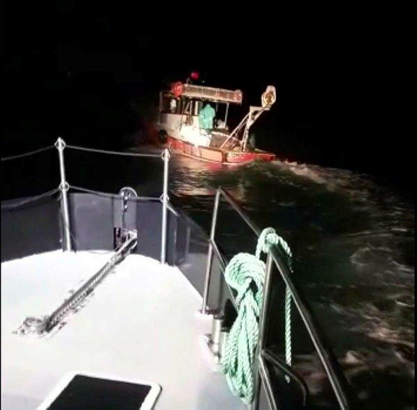 İzmir'de denizde kovalamaca! Zorla durdurdular