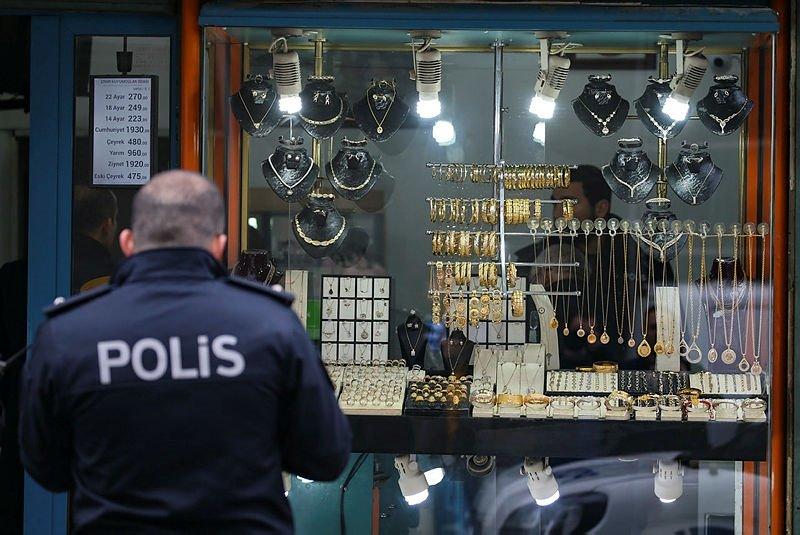 İzmir Buca'da kuyumcu soygunu! 2 kişi silahla yaralandı