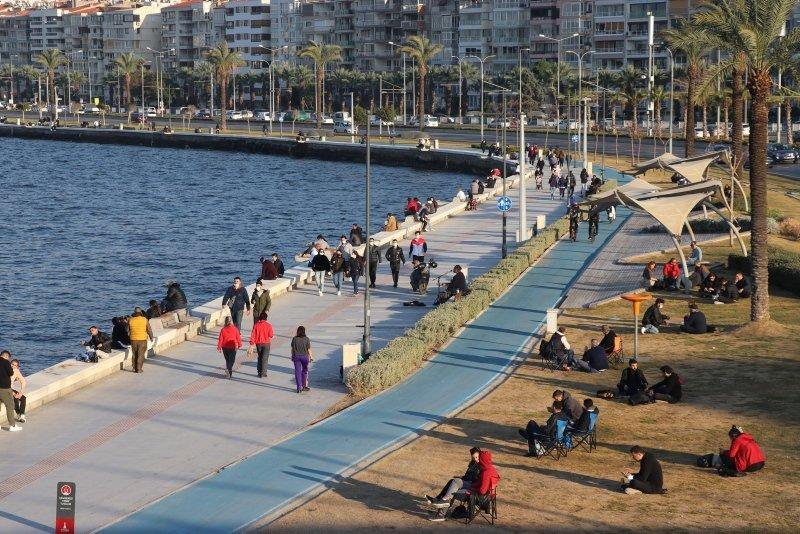 Sıcak havayı fırsat bilen İzmirliler sahile akın etti